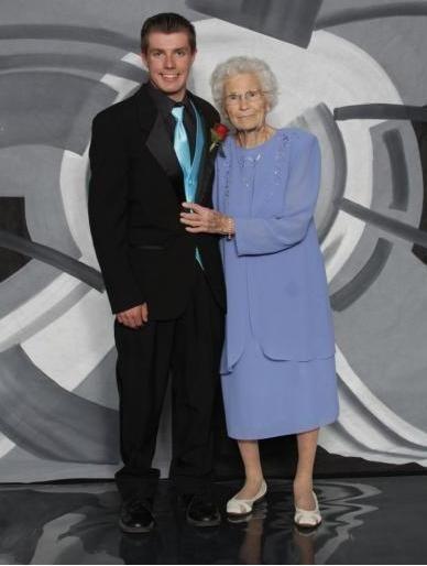 17岁美高中生邀93岁曾祖母做舞伴参加舞会-美国高中网