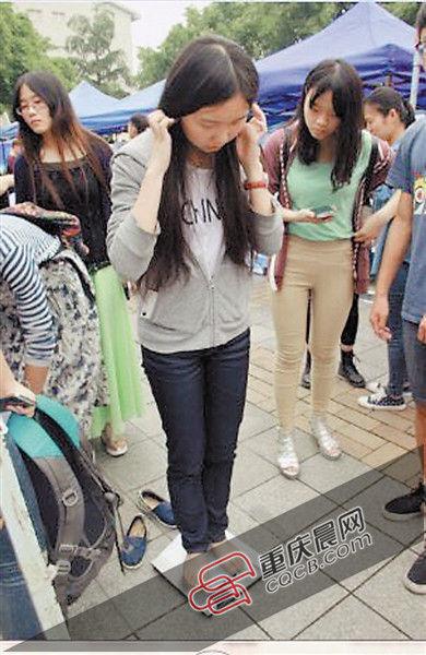 """昨天下午,参加""""你减肥 我买单""""活动的重庆大学学生正在称体重。 重庆晨报记者 王鑫 摄"""