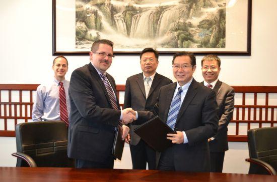 清华大学附属中学王殿军校长(右)和美国楷识大学Garcia教务长签署合作协议