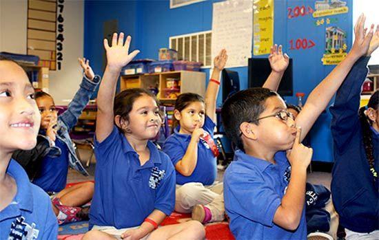 在KIPP的一堂课上,孩子们争相回答问题。本图由作者提供