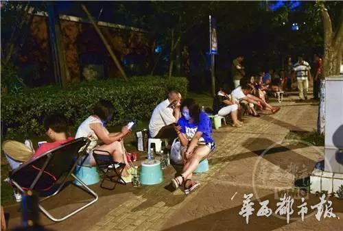 28日晚11时,百余位家长在学校外排队等待