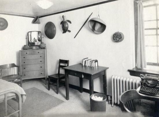 上个世纪三十年代的这个宿舍里装满了异域旅行的纪念品。