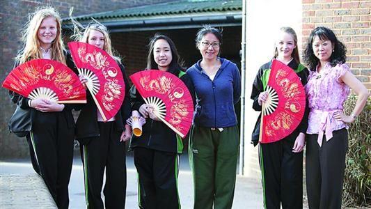 中国老师教英国学生体验中式功夫扇