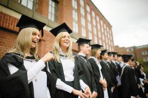 文凭没用上?调查称英多数大学生从事低技能工作
