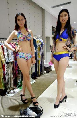 高三艺考女生穿泳装向陌生人展示练胆