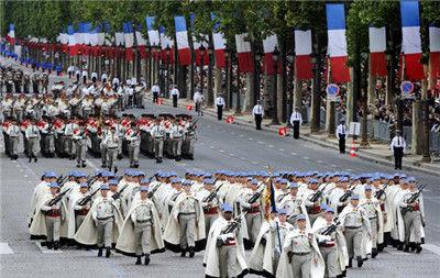 法国士兵身穿斗篷,格外威风