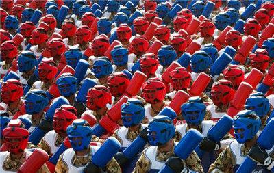 伊朗士兵穿着不同颜色的拳击服参加军事游行