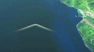 V形的海洋清理设备利用洋流,收集漂浮过来的塑料垃圾。