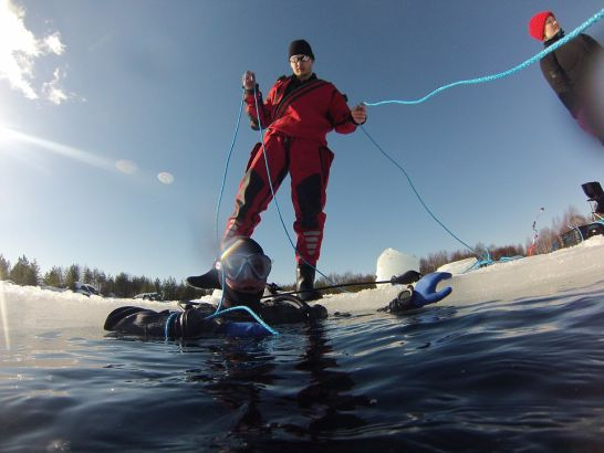 准备潜水的探险者(网页截图)