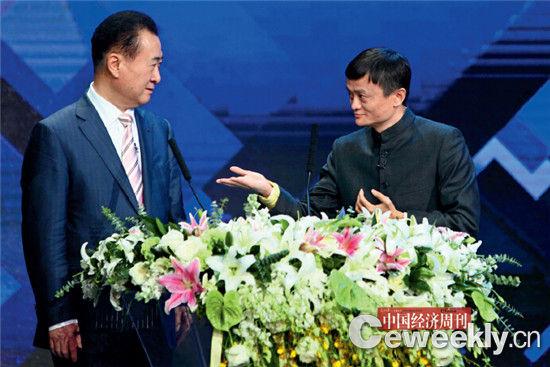 图为2013年12月12日,王健林与马云作为颁奖嘉宾共同出席由央视财经频道主办的第十四届中国经济年度人物颁奖典礼。《中国经济周刊》 资料库