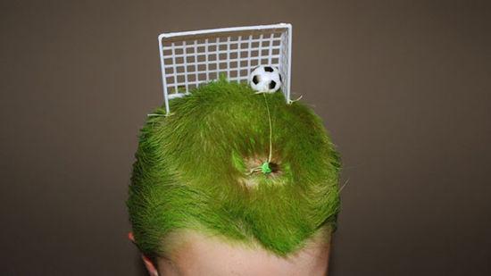"""学生们在""""疯狂头发日""""这天打造的创意发型。(网页截图)"""