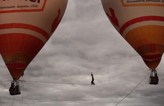 热气球被固定在地面上以防被风吹走,但是梅里特在走钢丝的过程中,还是险些被大风吹落。(网页截图)