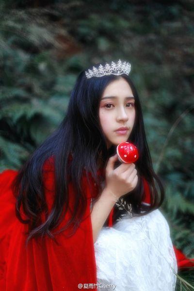 武音校花晒梦幻写真 甜美公主笑容迷人