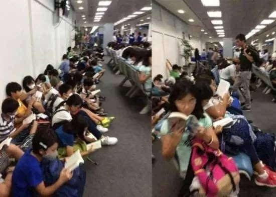 50多名日本学生在泰国清迈的候机室安静的席地而坐,没有玩手机,也没有吵闹,而是每人一本书在阅读。