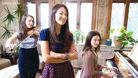 """""""虎妈""""蔡美儿看女儿弹琴。这位华裔母亲曾宣称""""严厉的中国妈妈比软蛋的美国妈妈更好"""",引发美国民众大讨论。"""