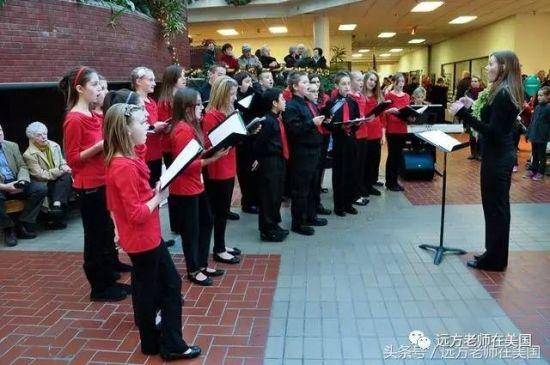 中学生在为社区老人演唱。