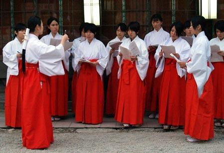 日本新年:神社里的巫女打工妹(组图)