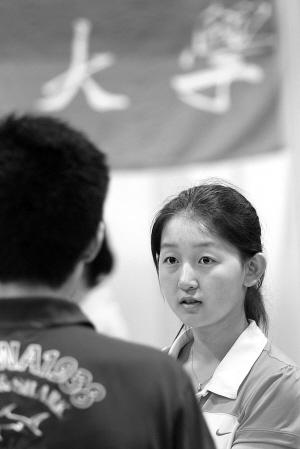 江苏省2011年高校招生咨询会南京主会 场,考分高低是高校招生方最感兴趣的内容,分数线则是考生问得最多的。IC 图