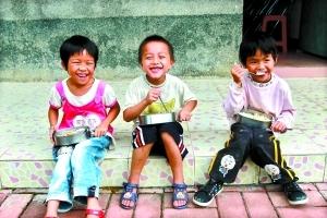 来自通坑合作社的几个孩子中午在学校吃饭。