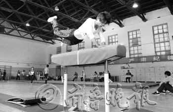 4月8日,山东省体育高考开考。图为山师大体操房内,体操专项测试正在进行