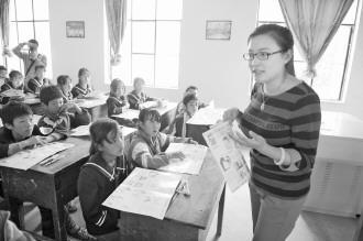 """图为""""女童保护女记者联盟""""成员在给孩子们授课。"""