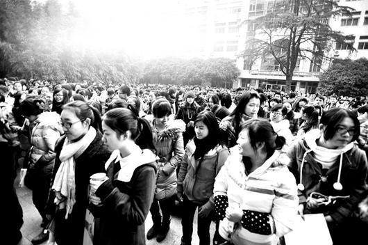 图为:昨日四六级考试现场,学生热情依然高涨 (记者刘蔚丹 实习生陈雨晗摄)