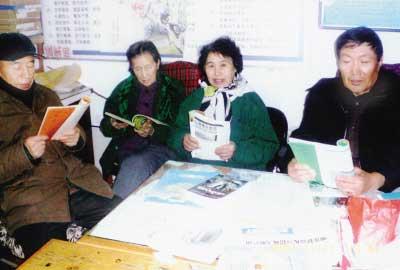 每周一次猫冬社区老人学英语(图)
