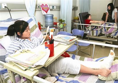 灾区特殊高考考场:7考生病床上高考(图)