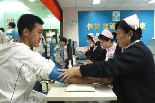 中关村医院参加高考体检.图为医务人员为考生测量血压.北京考试