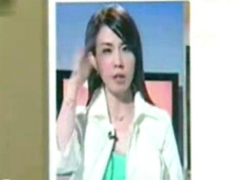 新加坡女主播边播新闻边打苍蝇