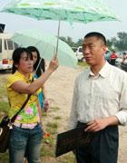 美女记者帮孙红雷打伞