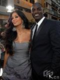 小野猫主唱妮可亮相 与Akon牵手同走红毯