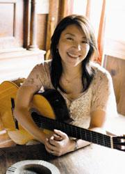 小野丽莎怀抱吉他