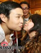 妻子央视后台亲吻祝贺
