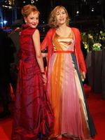两女星同穿红装竞艳