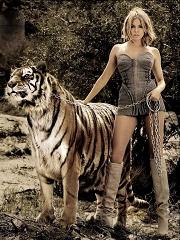 西耶娜-米勒与虎同行