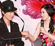胡歌(左)和张萌调侃