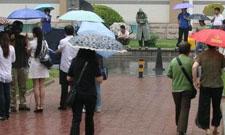 人们在雨中互相安慰