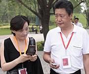 赵宝刚和工作人员沟通