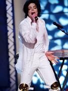 杰克逊一身白衣