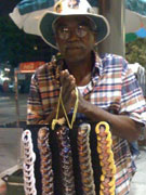 街头小贩兜售纪念品