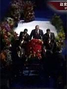 杰克逊灵柩被缓缓推离现场