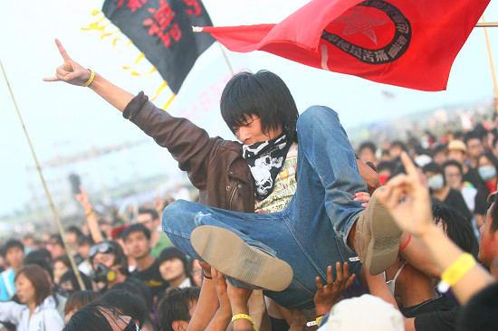 摇滚粉丝被众人高举