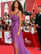 艾芙紫裙飘逸隐现美腿