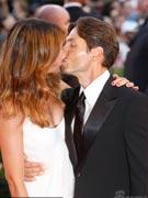 贝鲁斯科尼之子热吻美女