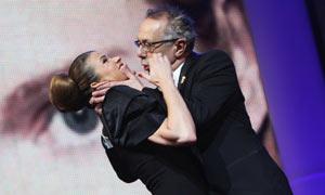 电影节主席强吻女主持