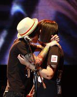 同乐迷拥吻