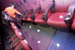 《唐山大地震》今晨公映观众自备纸巾观影
