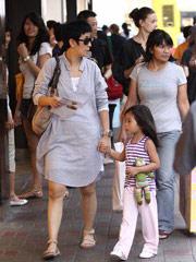 吴君如与四岁女儿逛街