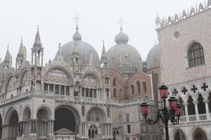 广场上的雄伟教堂